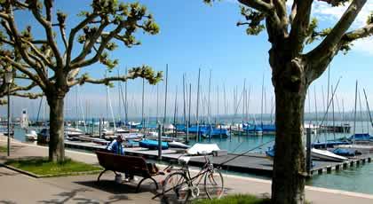 Ein Angler am Bodensee bei Konstanz